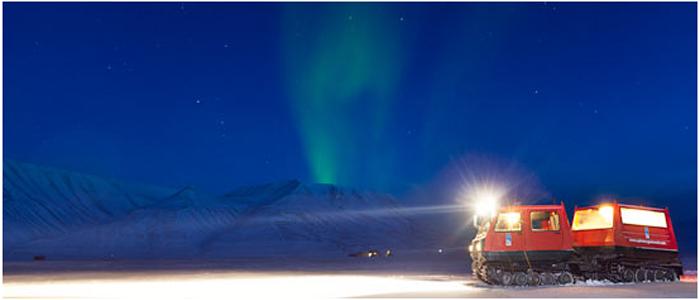 雪上車で行くオーロラサファリ