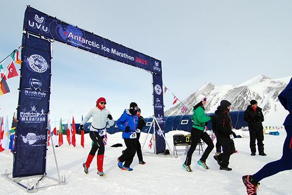南極アイスマラソンのスタート風景