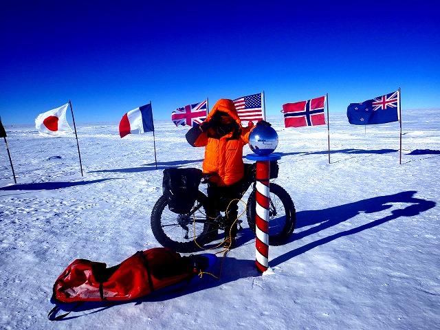 南極点到達!シンボル国旗前での記念写真
