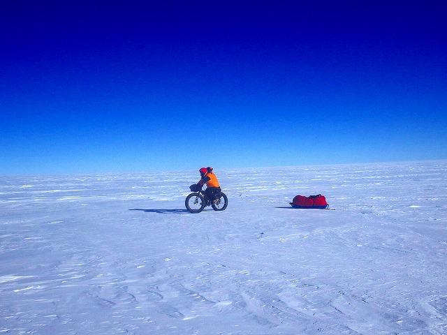 南極大陸をソリを引いて走る大島さん