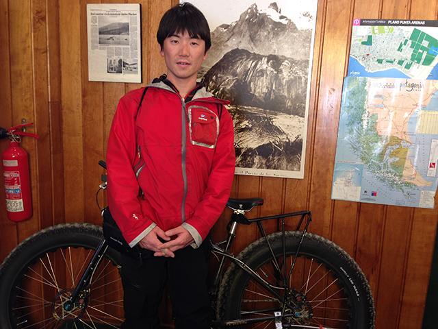 南極点に到達した大島さんと自転車