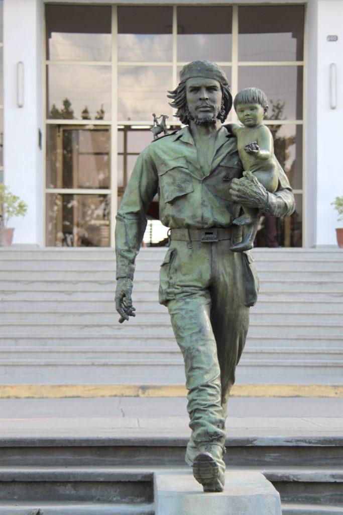 共産党本部前の子供を抱くチェゲバラ像キューバ